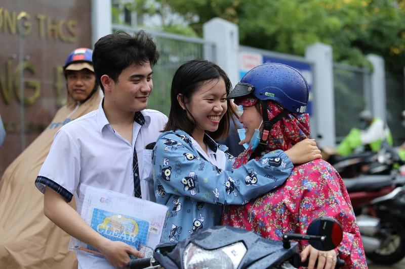 Xúc động cảnh bố mẹ dầm mưa đón con sau giờ thi ở Sài Gòn - ảnh 14
