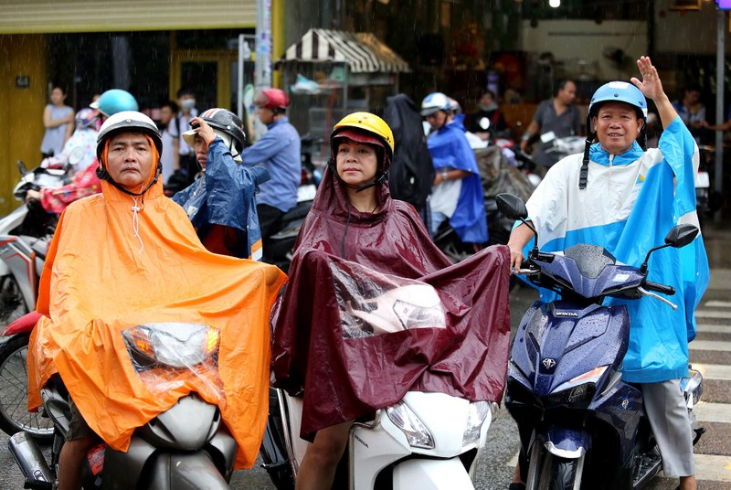 Xúc động cảnh bố mẹ dầm mưa đón con sau giờ thi ở Sài Gòn - ảnh 1