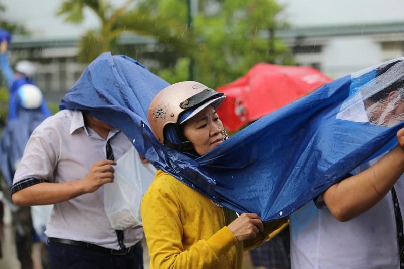 Xúc động cảnh bố mẹ dầm mưa đón con sau giờ thi ở Sài Gòn - ảnh 4