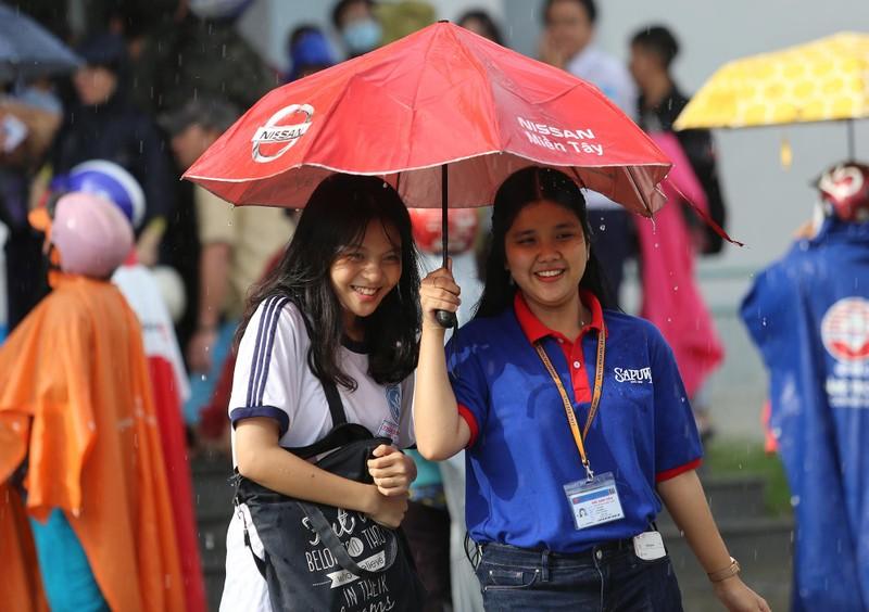 Xúc động cảnh bố mẹ dầm mưa đón con sau giờ thi ở Sài Gòn - ảnh 7