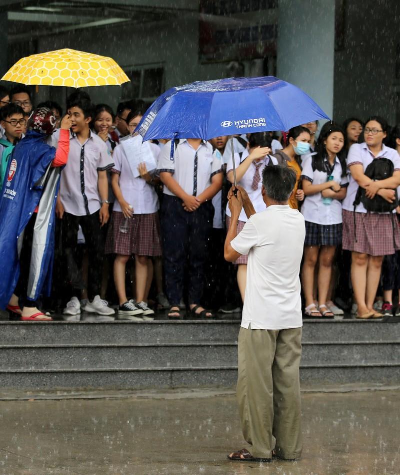 Xúc động cảnh bố mẹ dầm mưa đón con sau giờ thi ở Sài Gòn - ảnh 8