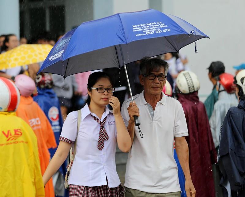 Xúc động cảnh bố mẹ dầm mưa đón con sau giờ thi ở Sài Gòn - ảnh 9