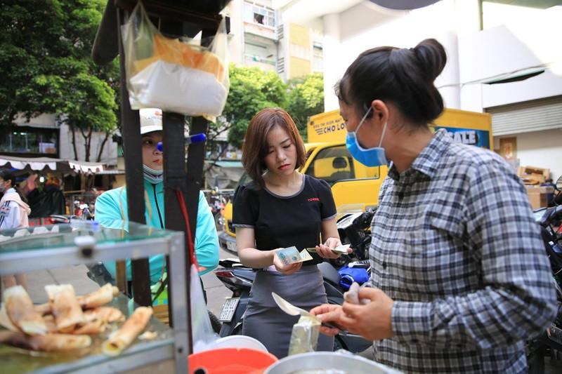Xếp hàng chờ đợi để mua bánh nướng hình 12 con giáp ở Sài Gòn - ảnh 9