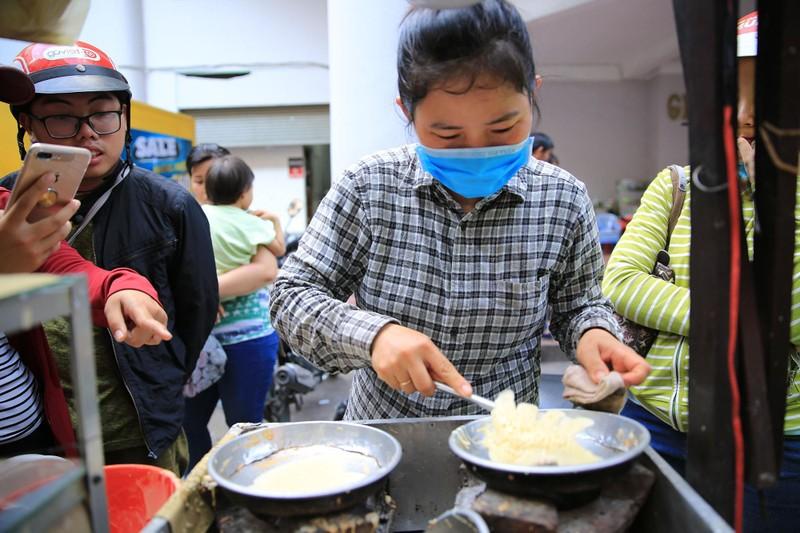 Xếp hàng chờ đợi để mua bánh nướng hình 12 con giáp ở Sài Gòn - ảnh 2
