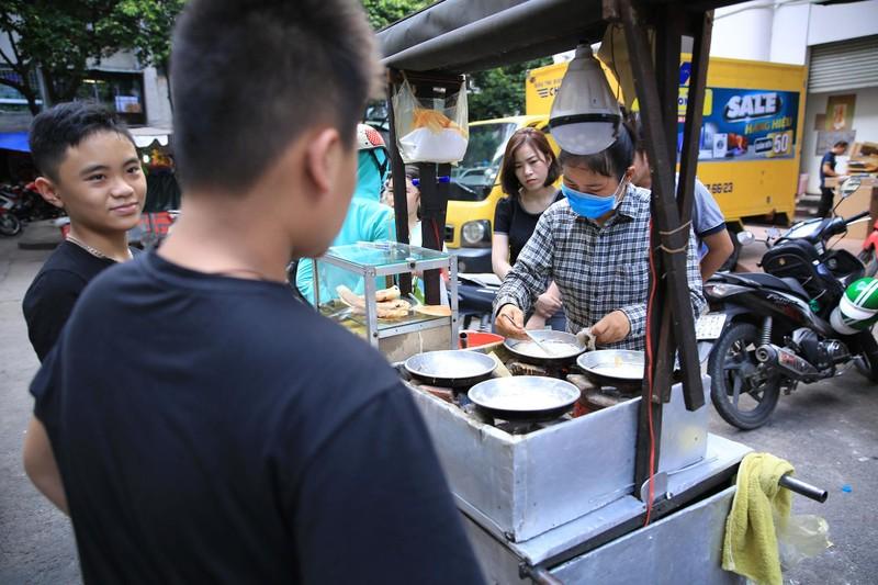 Xếp hàng chờ đợi để mua bánh nướng hình 12 con giáp ở Sài Gòn - ảnh 1