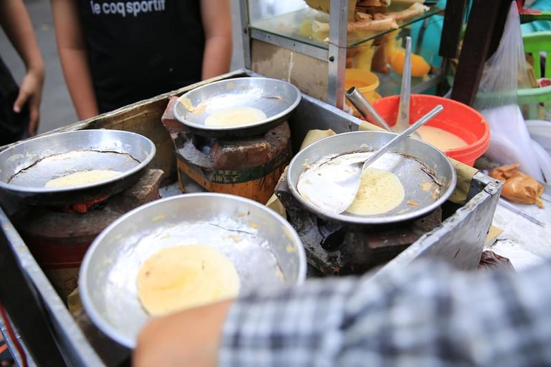 Xếp hàng chờ đợi để mua bánh nướng hình 12 con giáp ở Sài Gòn - ảnh 3