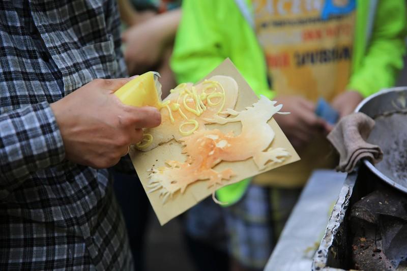 Xếp hàng chờ đợi để mua bánh nướng hình 12 con giáp ở Sài Gòn - ảnh 6