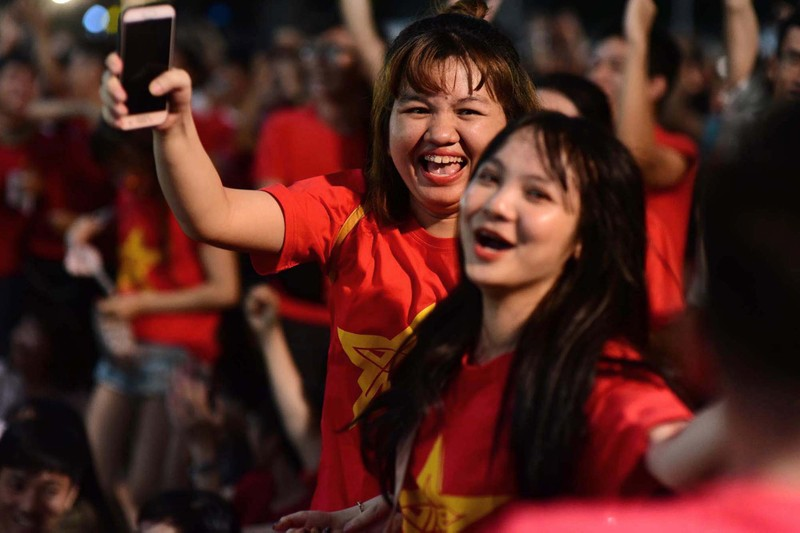 Cổ động viên mừng bàn thắng của Quang Hải vào lưới Malaysia  - ảnh 11