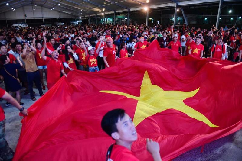 Cổ động viên mừng bàn thắng của Quang Hải vào lưới Malaysia  - ảnh 1