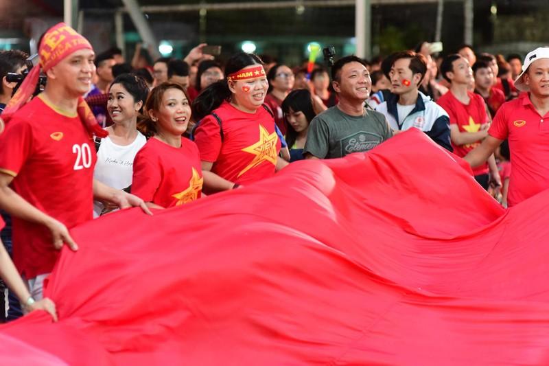 Cổ động viên mừng bàn thắng của Quang Hải vào lưới Malaysia  - ảnh 2
