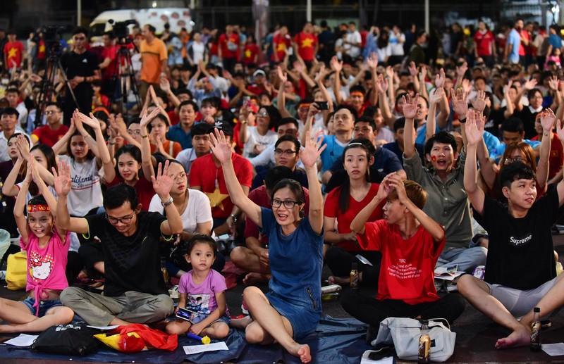 Cổ động viên mừng bàn thắng của Quang Hải vào lưới Malaysia  - ảnh 3