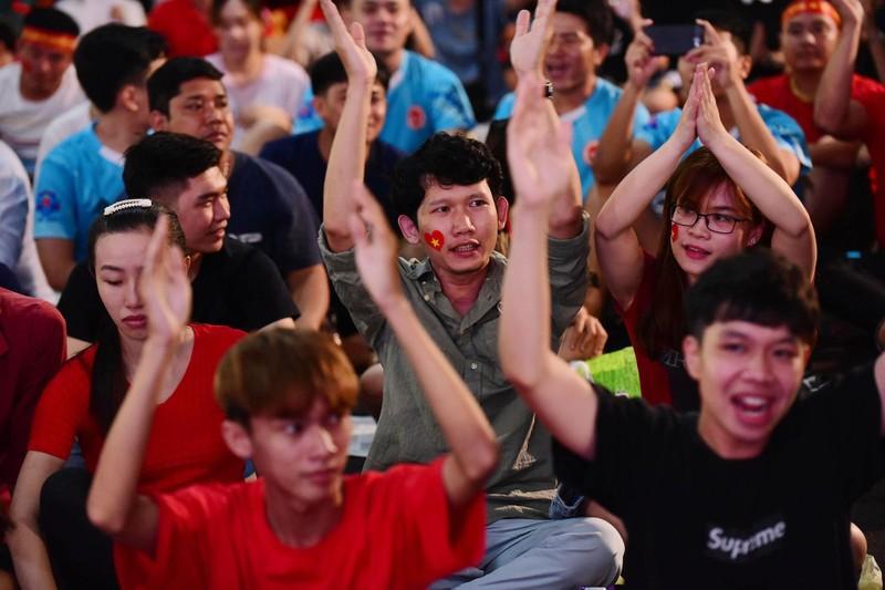 Cổ động viên mừng bàn thắng của Quang Hải vào lưới Malaysia  - ảnh 4