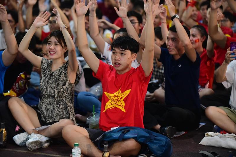 Cổ động viên mừng bàn thắng của Quang Hải vào lưới Malaysia  - ảnh 5
