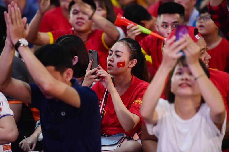 Cổ động viên mừng bàn thắng của Quang Hải vào lưới Malaysia  - ảnh 6