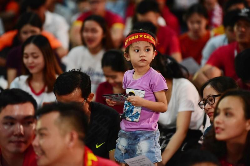 Cổ động viên mừng bàn thắng của Quang Hải vào lưới Malaysia  - ảnh 7