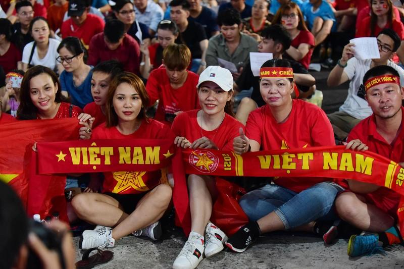 Cổ động viên mừng bàn thắng của Quang Hải vào lưới Malaysia  - ảnh 8