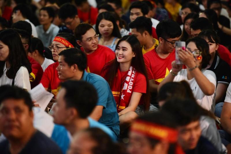 Cổ động viên mừng bàn thắng của Quang Hải vào lưới Malaysia  - ảnh 9