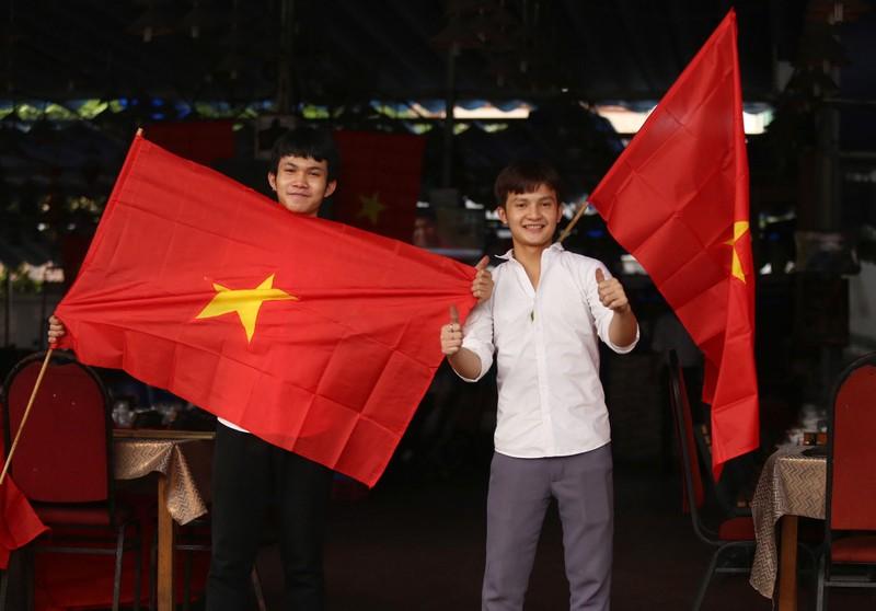 'Mỹ Đình thu nhỏ' trên phố Nguyễn Huệ cổ vũ tuyển Việt Nam - ảnh 10