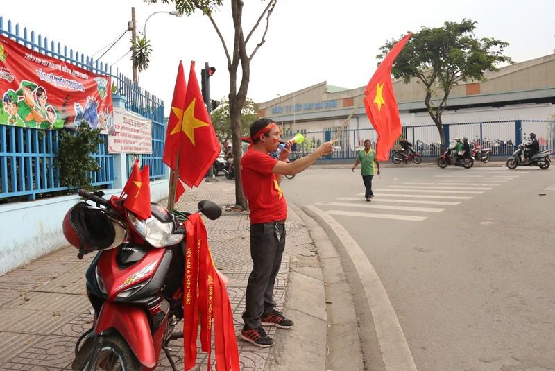 'Mỹ Đình thu nhỏ' trên phố Nguyễn Huệ cổ vũ tuyển Việt Nam - ảnh 11