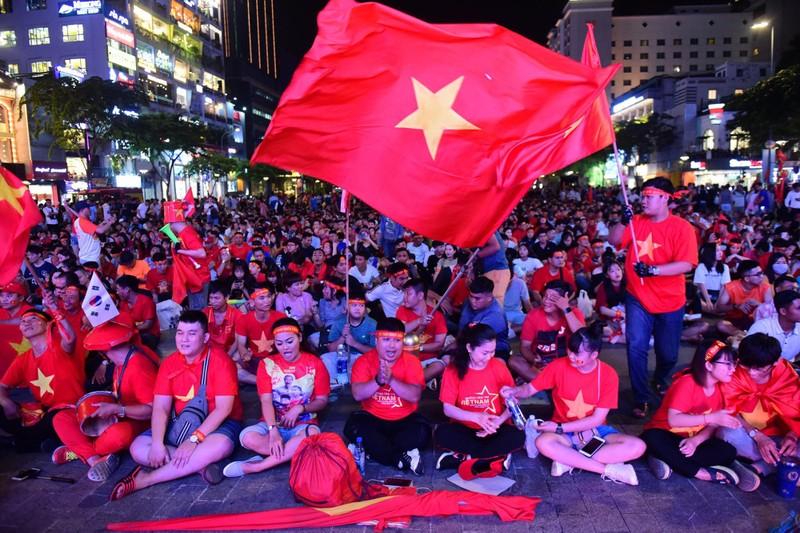 'Mỹ Đình thu nhỏ' trên phố Nguyễn Huệ cổ vũ tuyển Việt Nam - ảnh 1