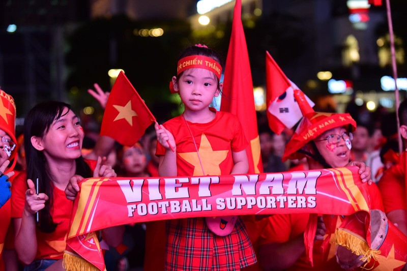 'Mỹ Đình thu nhỏ' trên phố Nguyễn Huệ cổ vũ tuyển Việt Nam - ảnh 2