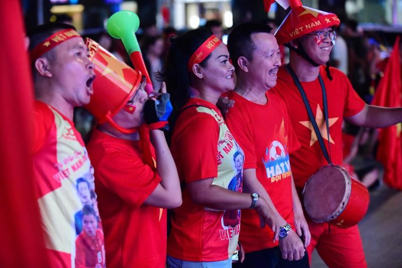 'Mỹ Đình thu nhỏ' trên phố Nguyễn Huệ cổ vũ tuyển Việt Nam - ảnh 4