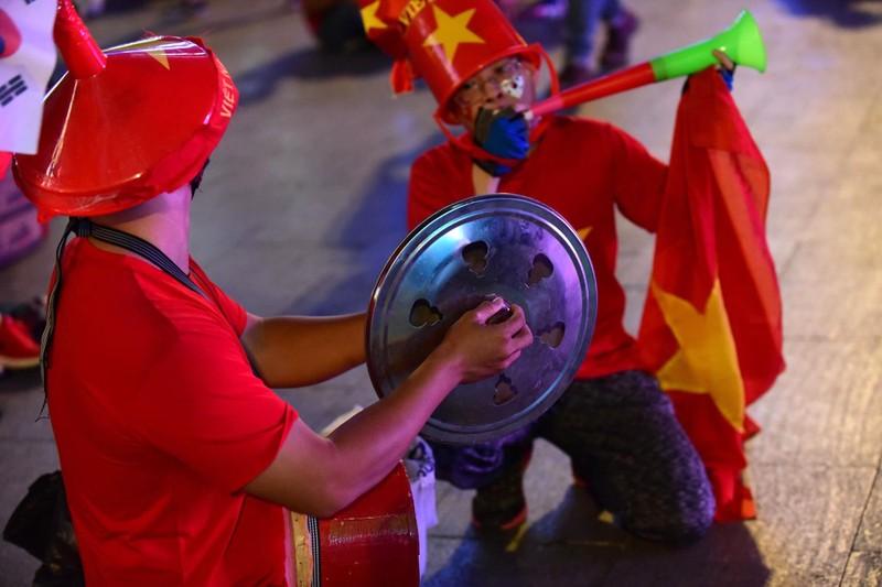 'Mỹ Đình thu nhỏ' trên phố Nguyễn Huệ cổ vũ tuyển Việt Nam - ảnh 5