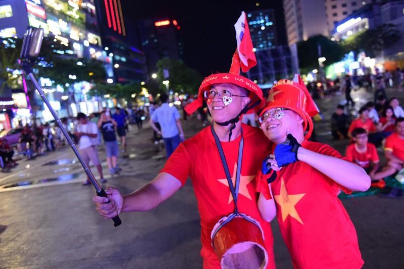 'Mỹ Đình thu nhỏ' trên phố Nguyễn Huệ cổ vũ tuyển Việt Nam - ảnh 7