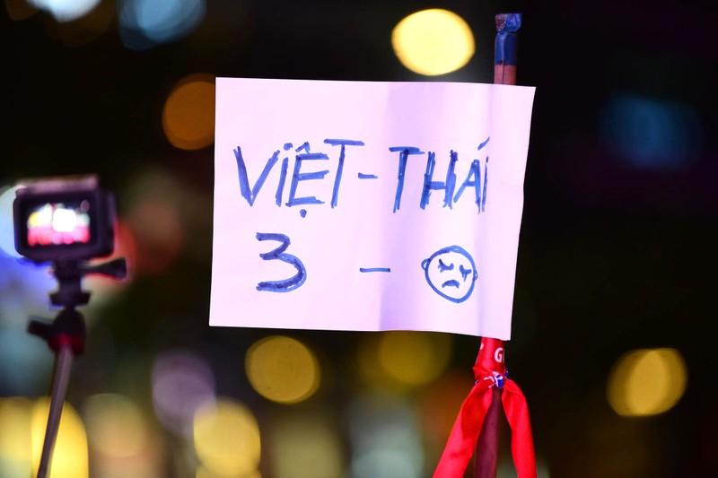 'Mỹ Đình thu nhỏ' trên phố Nguyễn Huệ cổ vũ tuyển Việt Nam - ảnh 8