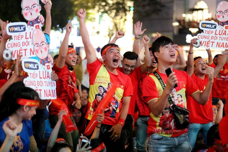 Người hâm mộ ăn mừng 'mưa bàn thắng' của U-22 Việt Nam - ảnh 12