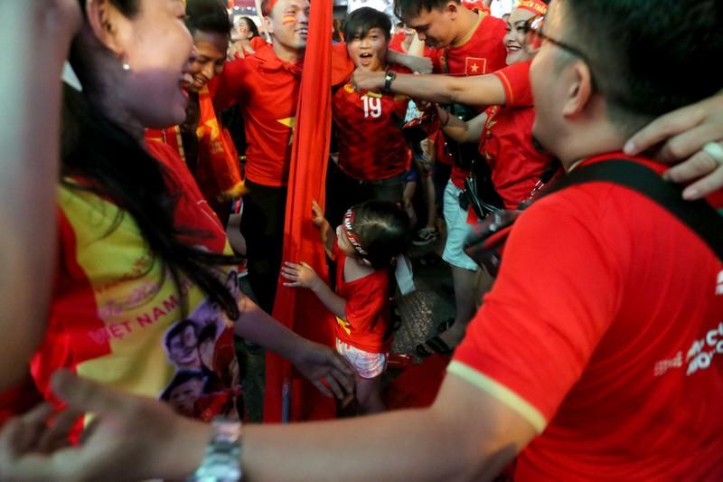Người hâm mộ ăn mừng 'mưa bàn thắng' của U-22 Việt Nam - ảnh 16