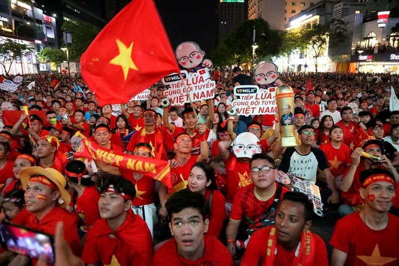 Người hâm mộ ăn mừng 'mưa bàn thắng' của U-22 Việt Nam - ảnh 1