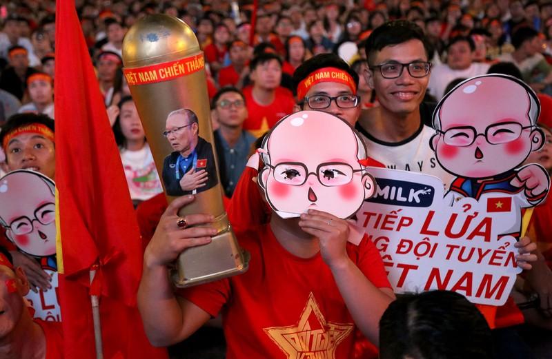 Người hâm mộ ăn mừng 'mưa bàn thắng' của U-22 Việt Nam - ảnh 2