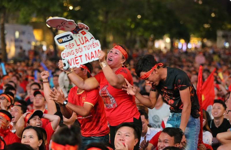 Người hâm mộ ăn mừng 'mưa bàn thắng' của U-22 Việt Nam - ảnh 7