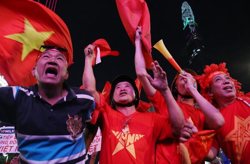 Người hâm mộ ăn mừng 'mưa bàn thắng' của U-22 Việt Nam - ảnh 8