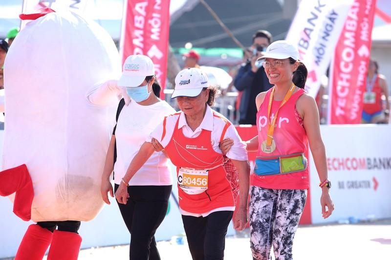 Hàng ngàn người chạy marathon dưới cái lạnh của Sài Gòn - ảnh 9
