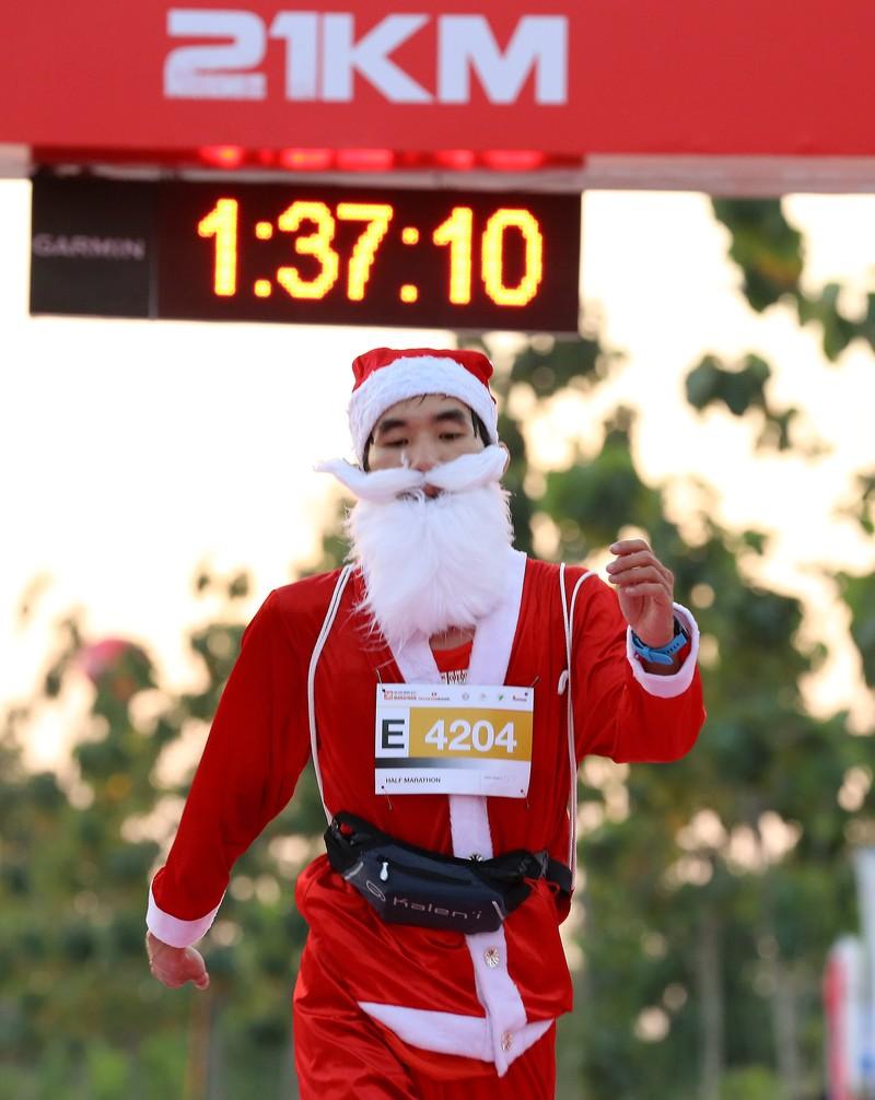 Hàng ngàn người chạy marathon dưới cái lạnh của Sài Gòn - ảnh 11