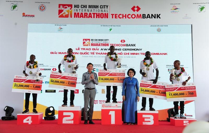 Hàng ngàn người chạy marathon dưới cái lạnh của Sài Gòn - ảnh 12