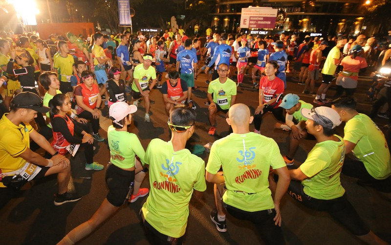 Hàng ngàn người chạy marathon dưới cái lạnh của Sài Gòn - ảnh 1
