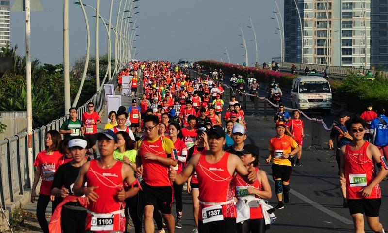 Hàng ngàn người chạy marathon dưới cái lạnh của Sài Gòn - ảnh 2