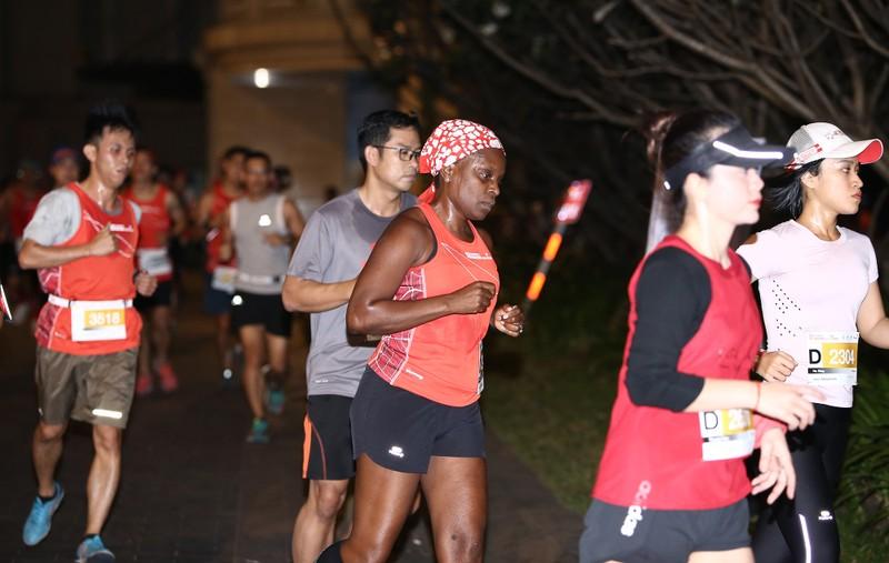 Hàng ngàn người chạy marathon dưới cái lạnh của Sài Gòn - ảnh 4