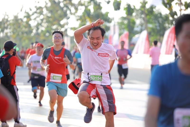 Hàng ngàn người chạy marathon dưới cái lạnh của Sài Gòn - ảnh 6