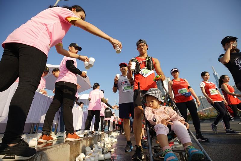 Hàng ngàn người chạy marathon dưới cái lạnh của Sài Gòn - ảnh 7