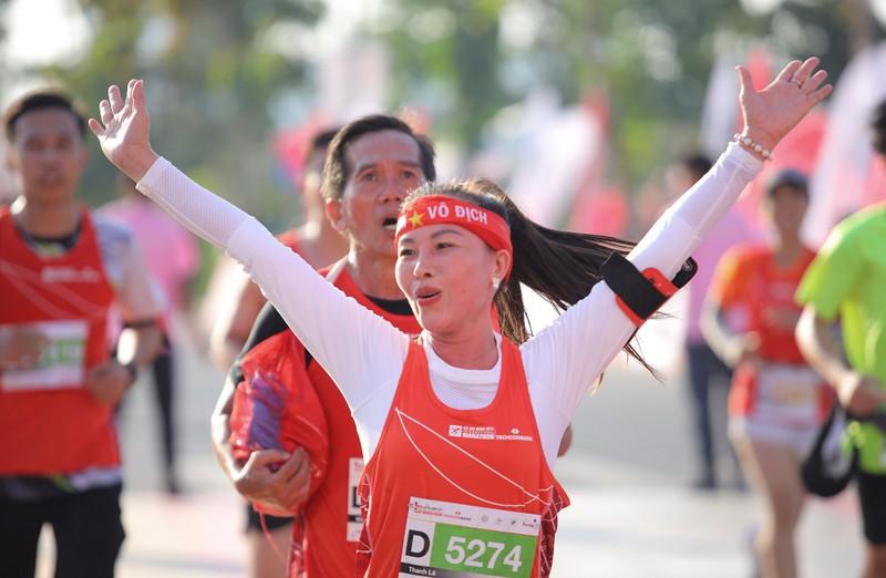 Hàng ngàn người chạy marathon dưới cái lạnh của Sài Gòn - ảnh 8