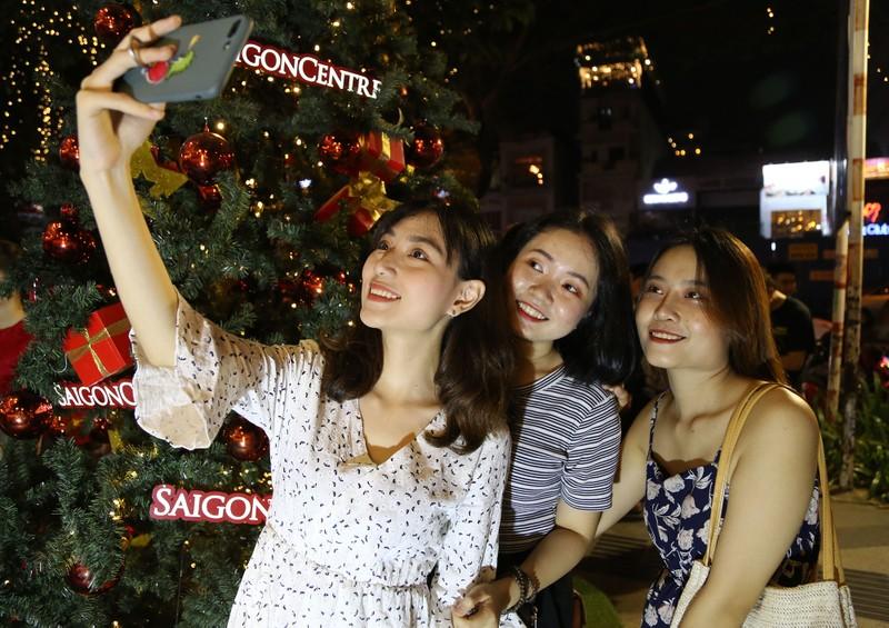 Dân Sài Gòn đổ về trung tâm vui đón Noel sớm - ảnh 10
