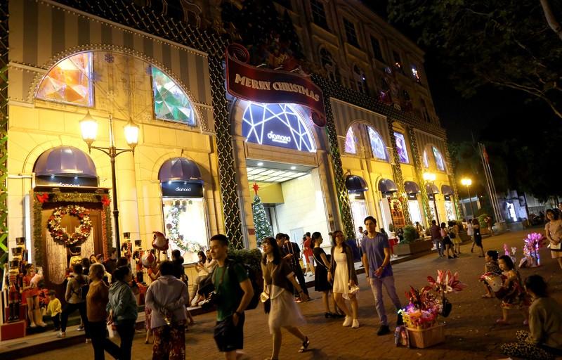 Dân Sài Gòn đổ về trung tâm vui đón Noel sớm - ảnh 11