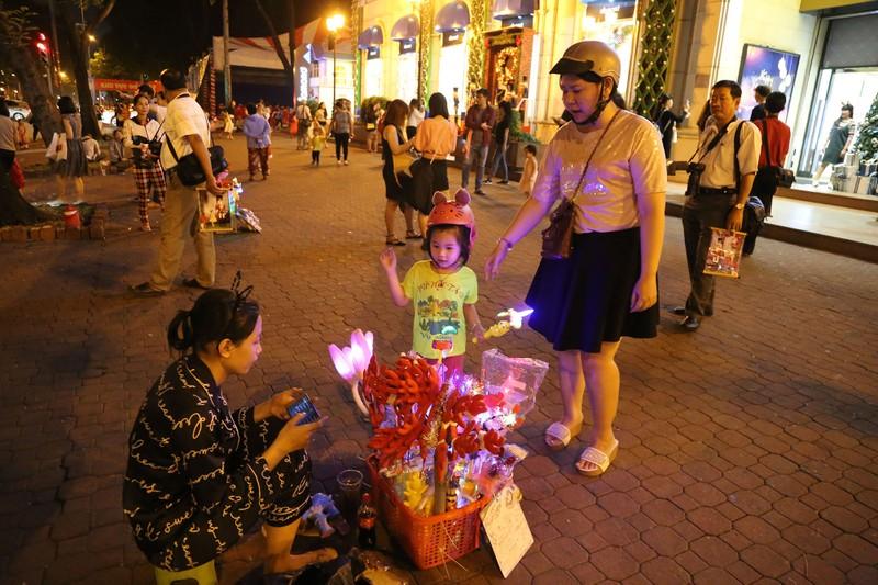 Dân Sài Gòn đổ về trung tâm vui đón Noel sớm - ảnh 12