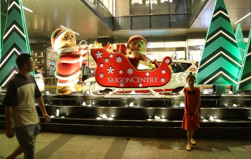 Dân Sài Gòn đổ về trung tâm vui đón Noel sớm - ảnh 13