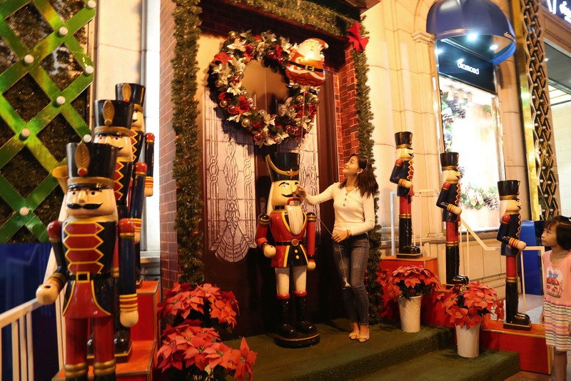 Dân Sài Gòn đổ về trung tâm vui đón Noel sớm - ảnh 14