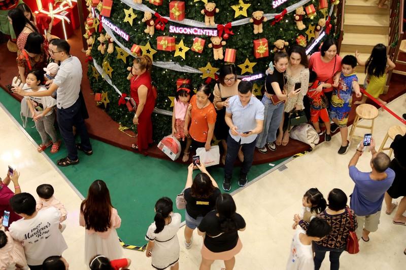 Dân Sài Gòn đổ về trung tâm vui đón Noel sớm - ảnh 2